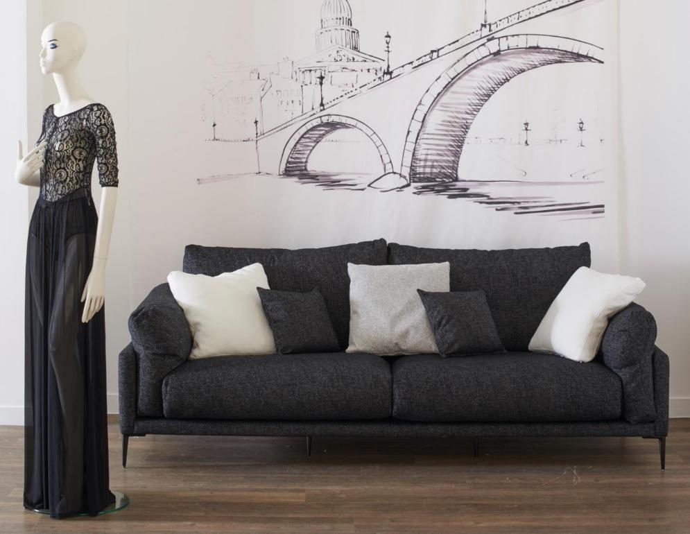 Canapé Burov Beaubourg noir avec coussins blancs